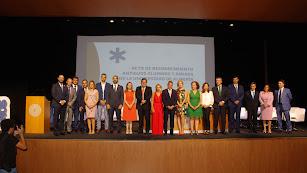 El rector de la UAL, la vicerrectora de Estudiantes y la codirectora del Programa de la UAL junto a los homenajeados.