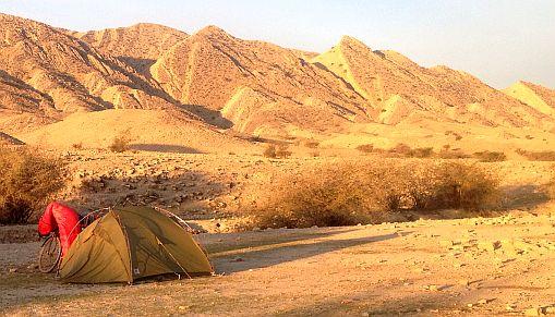 Wilder Zeltplatz (28.370182, 53.091774) 15 Kilometer südöstlich von Ghir/Qir, Provinz Fars, Iran