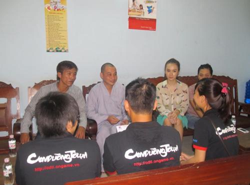 Angela Phương Trinh đi làm từ thiện cùng game thủ 5