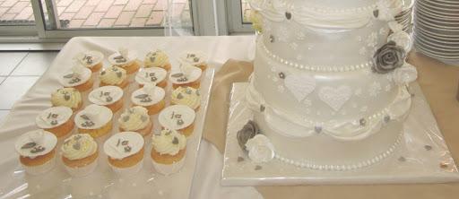 014- Bruidstaart en cupcakes.JPG