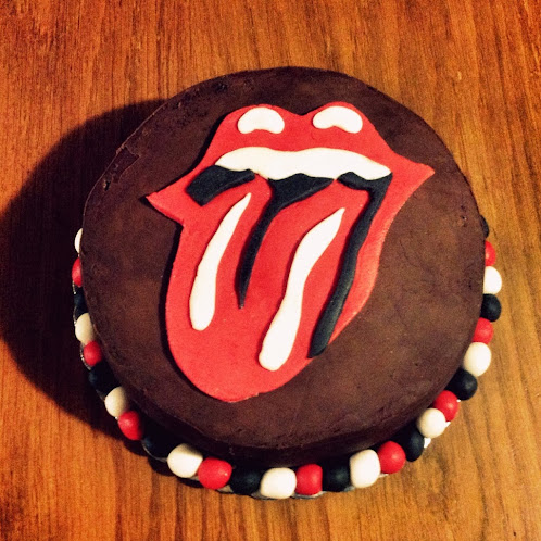 http://heartcoretoys.blogspot.gr/2013/11/rolling-stones-birthday-cake.html#.UuAA_vuTual