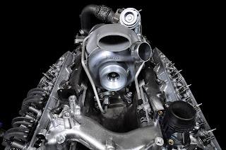 Sopra, un gruppo turbocompressore montato sul pick-up Ford Super Duty del 2011. Una delle maggiori novità di quel periodo, fu il doppio compressore sequenziale, con le due giranti montate entrambe sullo stesso albero.