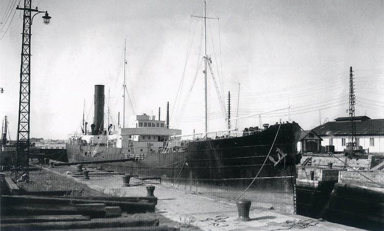 Foto del TIFLIS en el dique seco de Matagorda. Foto del Museo El Dique. Del libro LA ESTELA DEL PETROLEO.jpg