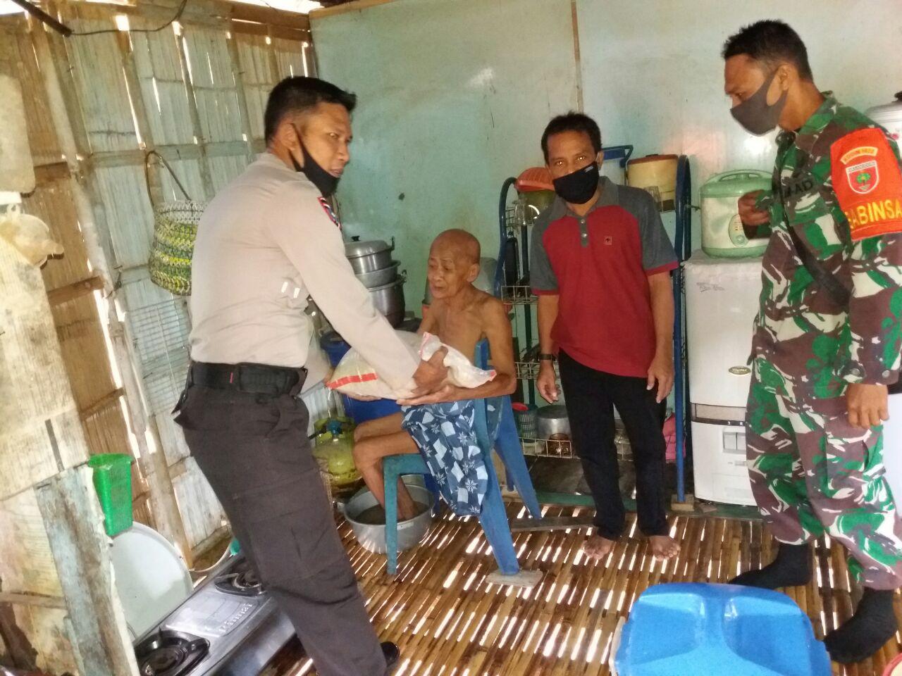Polri Peduli, Sebanyak 1.040 Kg Bantuan Beras Disalurkan Kepada Warga Terdampak Covid 19 di Wilayah Polsek Marioriawa