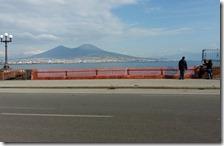 Nastrino rosso sul lungomare di Napoli