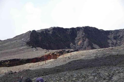 Les abords (dangereux) du cratère Dolomieu effondré.