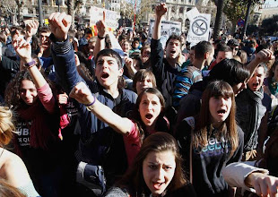 Photo: Students shout slogans during a demonstration against the Spanish government's new education policy and alleged corruption cases, on the second day of a three-day long nationwide strike in public secondary education, in Valencia February 6, 2013.    REUTERS/Heino Kalis (SPAIN - Tags: POLITICS CIVIL UNREST EDUCATION TPX IMAGES OF THE DAY)
