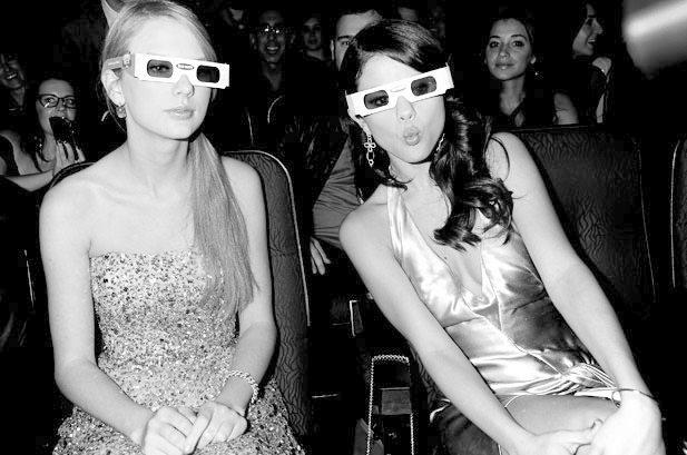 Galería » Gifs, Imágenes graciosas, etc. 1318899-taylor-swift-selena-gomez-glasses-award-amas-2011-617-409