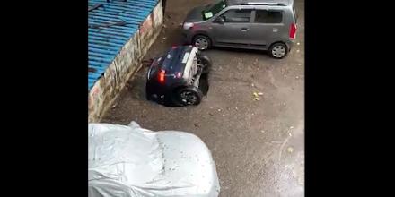 Τρύπα κατάπιε...αυτοκίνητο στην Ινδία - Το πάρκινγκ είχε χτιστεί πάνω σε πηγάδι (βίντεο)