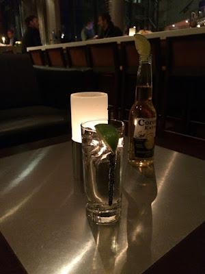 Et glass med fjellbekk og en flaske Corona.