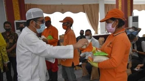 Lagi, Petugas Kebersihan DLH Padang Terima Bantuan Paket Ramadan