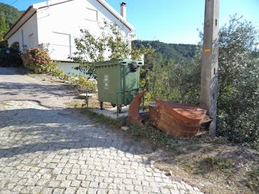 Base de cimento com estrutura de ferro no largo da Eira para o caixote do lixo na Quarta-feira, 12 de Outubro de 2011