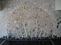Warme Farben und mit Echtgold unterlegte Mosaiksteinchen stehen in Korrespondenz zum Herd