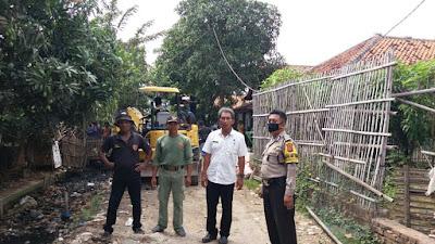 Bhabinkamtibmas Aipda Moh.Carmo bersama Pj Kuwu Desa Pegagan Kidul Monitoring Normalisasi Saluran air Selokan Basteng