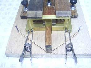 Photo: Même les élastiques sont mis à contribution dans ce montage.