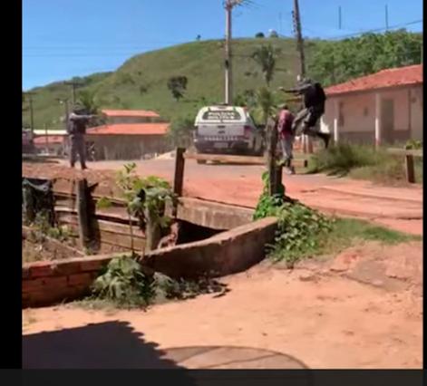 Homem idoso reage a prisão e é atingido com tiro pela polícia em São Roberto.