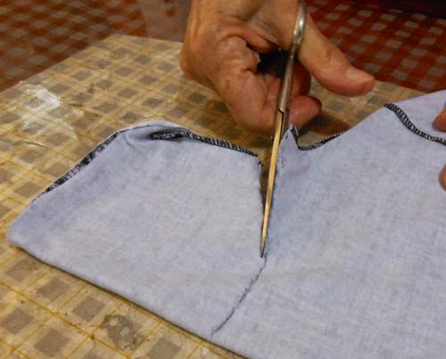 DIY como customizar blusa tirando gola alta