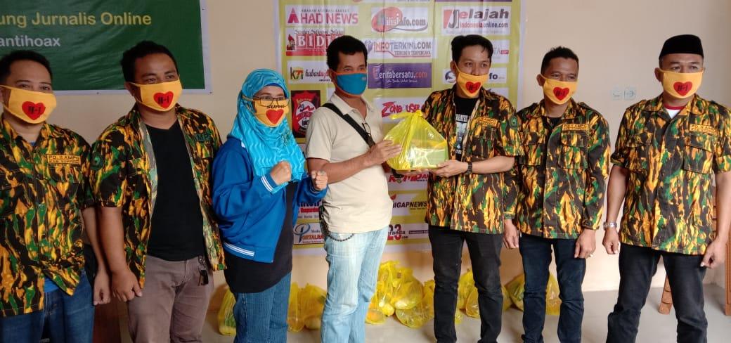 Tim HIHC Salurkan 23 Sembako dan Baju Seragam di Sekretariat IWO Soppeng