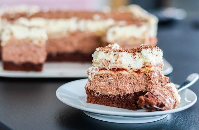 ciasta i desery, ciasto na biszkopcie, ciasto z kremem czekoladowym,ciasto z kremem śmietanowym,ciasto z dżemem, pyszne ciasto na biszkopcie