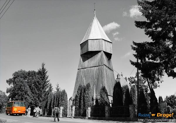 autobus wycieczkowy przed kościołem w Jezierniku