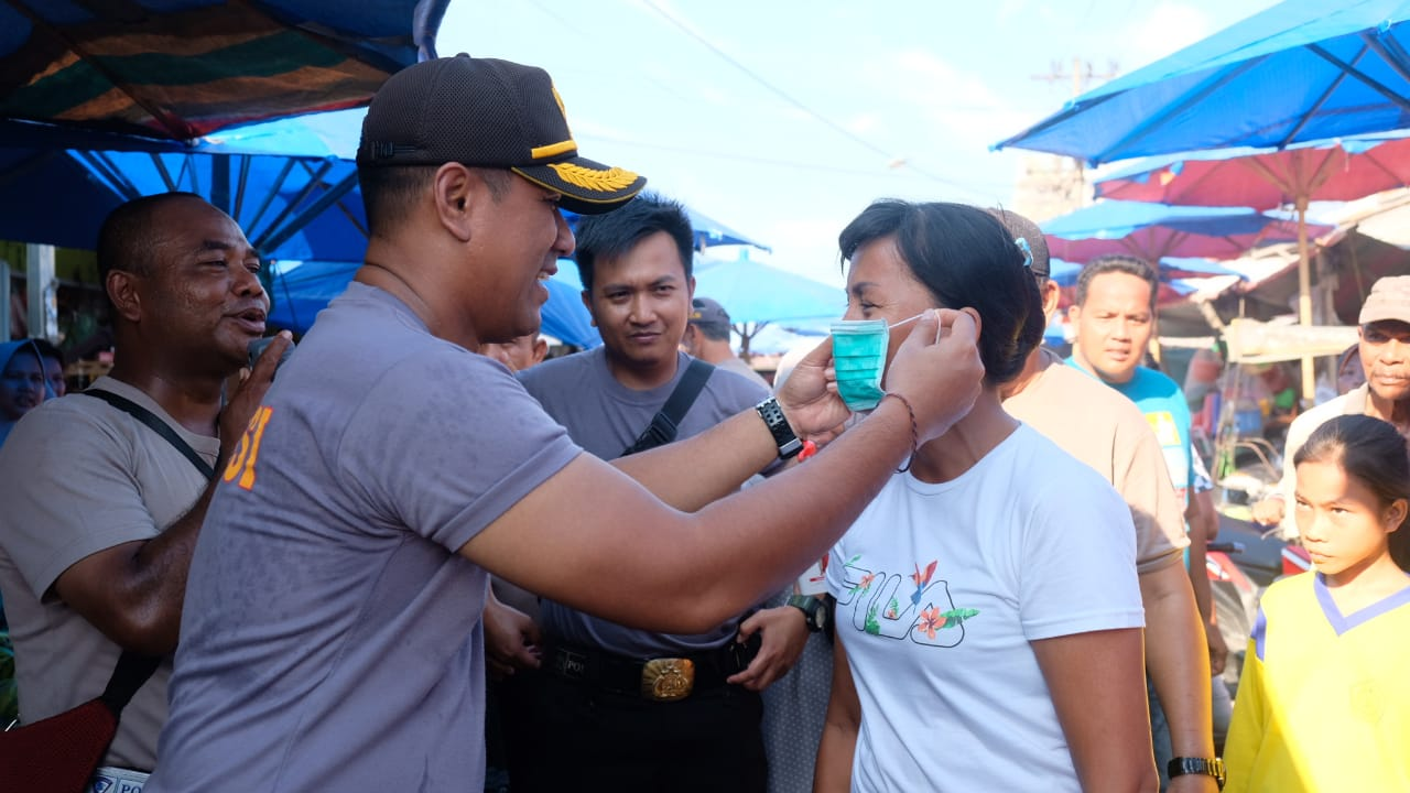 Antisipasi Virus Corona, Kapolres Tanjung Balai AKBP Putu Yudha Prawira,SIK. MH Bagi Masker Kepada Masyarakat