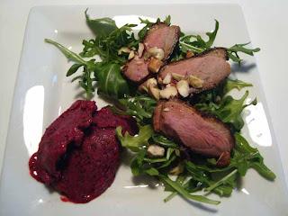 Salat med andebryst, rucola og solbæris, pastinak- og quinoasalat med æbler samt vildtgryde med portvinsrisotto og estragon