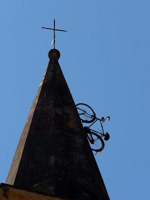 La bici sul tetto del campanile di Justinawind