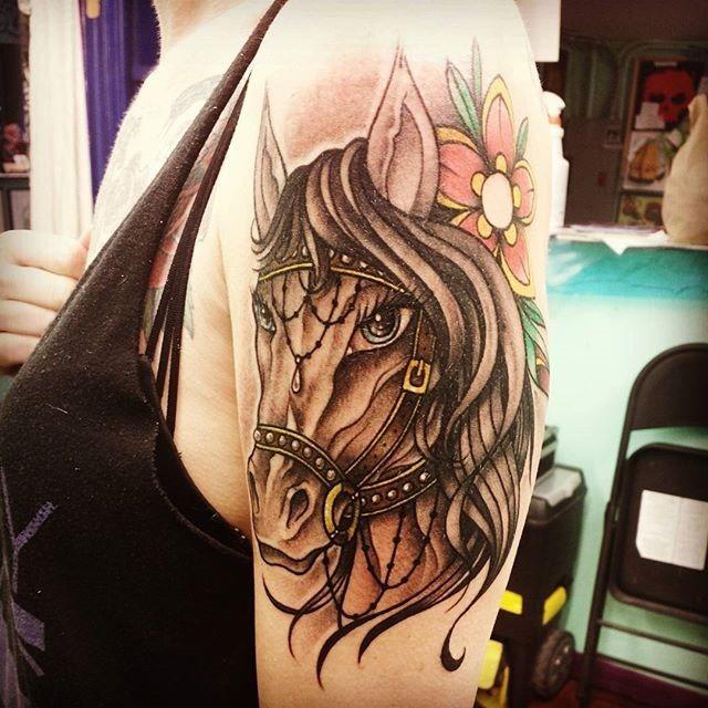 retrato_de_uma_mulher_de_cavalo_com_ornamentos_de_tatuagem