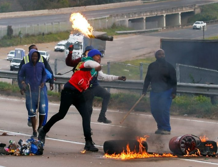 Jacob Zuma's supporters riot in Johannesburg and loot shops as they call for the release of the former president (videos)