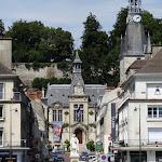 Rue Carnot : Mairie de Château-Thierry et les remparts