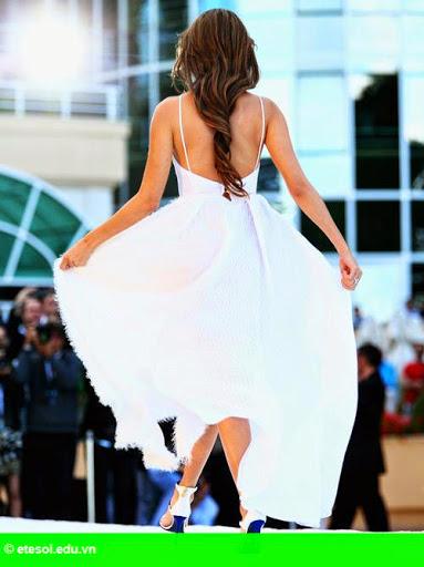 Hình 7:   Vợ Button lộ quần lót vì váy xẻ tà quá cao
