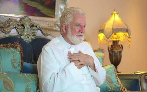 Seorang pastor berkewarganegaraan Amerika yang kini tinggal di Arab Saudi membagikan ceri Kisah Pastor Samuel Shropshire jadi Mualaf Setelah Terjemahkan Al Qur'an