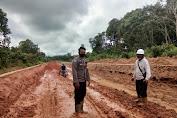 Personel Polsek Belitang Cek Kondisi Jalan di Menua Prama