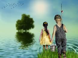 Um menino segurando um balde e uma menina na beira do rio