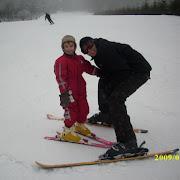 Wiktor uczy sie jezdzic nanartach. Bielice 2009.jpg