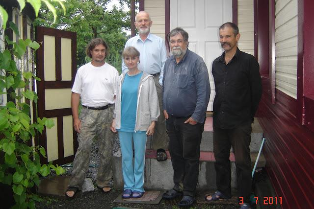 À Anutchino : Vadim Zaritskyi, Gérard Charet, Jean Michel et leurs hôtes, 3 juillet 2011. Photo : G. Meissonnier