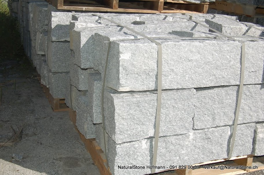 Mauersteine aus Tessiner Gneis hell.