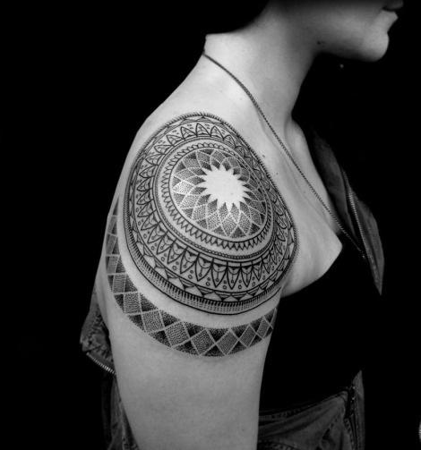 Tatuagem de Mandala e linda ombro