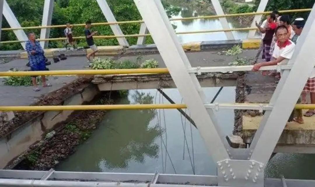 Jembatan Trans Sulawesi Barru Terputus, Truk Bermuatan Pupuk Jatuh Ke Sungai