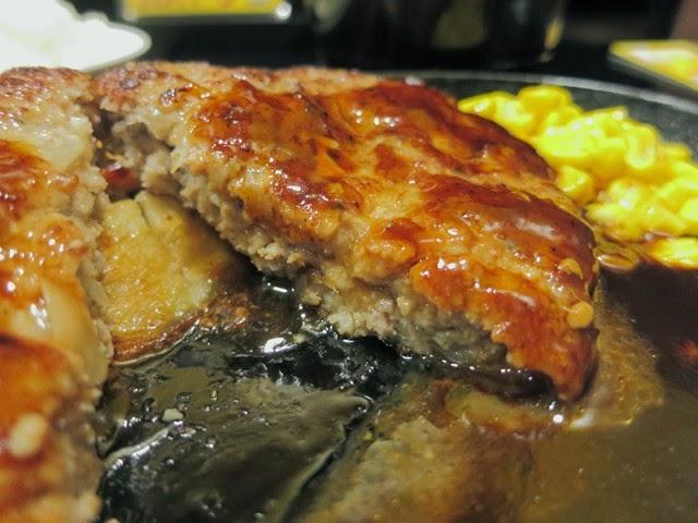 肉汁があふれるハンバーグの断面