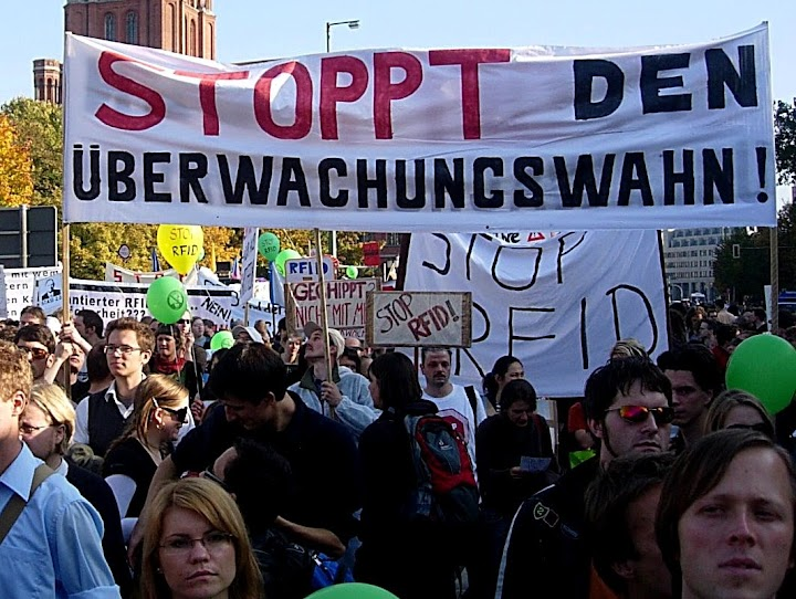 DemonstrantInnen, Transparent: «Stoppt den Überwachungswahn».
