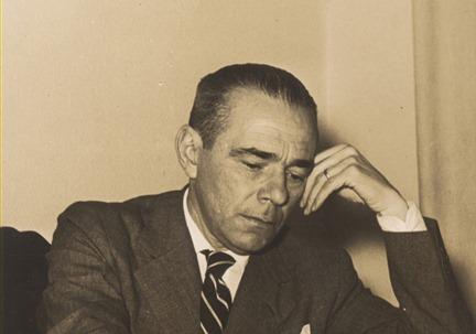 Guilherme_de_Almeida_on_his_office_in_1930s
