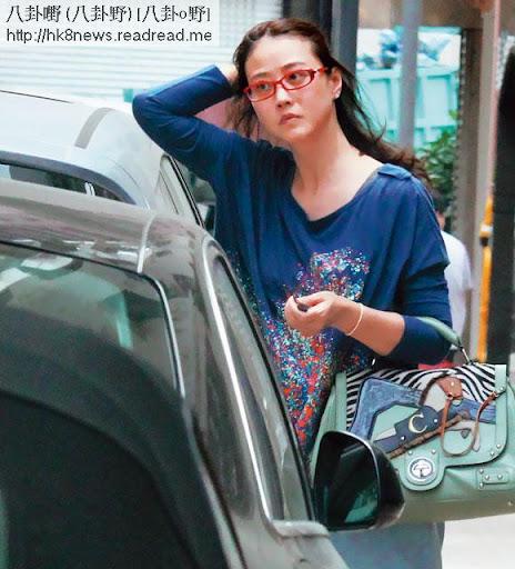 素顏掃貨 <br><br>19日下午 1時,海味揸車到銅鑼灣 shopping, 45歲的她雖然素顏加 casual wear,但樣貌身材都 keep得唔錯。