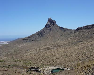 Berg in wüstenhafter Landschaft im Süden Gran Canarias