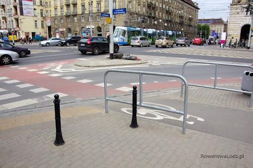 U wylotu drogi dla rowerów podpórki, sam przejazd dla rowerów kolorem czerwonym i dodatkowo śluza rowerowa umożliwiająca włączenie się do ruchu