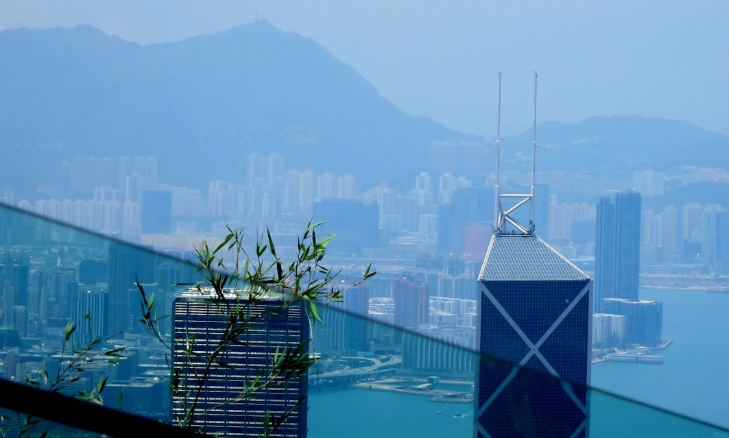 вид из окна фуникулёра на остров Гонконг