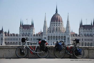 Das Parlamentsgebaeude in Budapest.