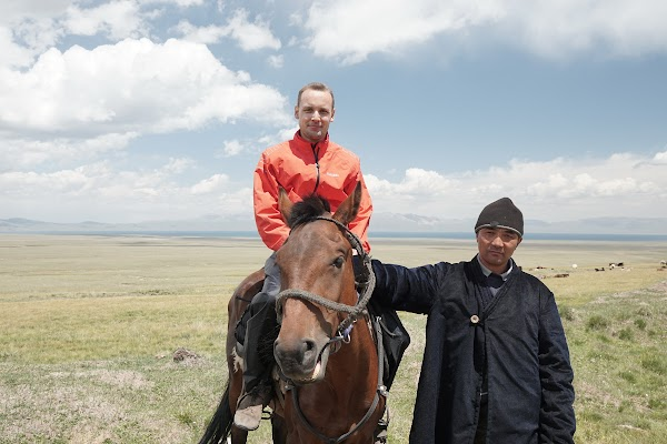 Dieser Hirte bittet uns auf sein Pferd zu steigen