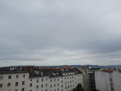 Das Wetter in Wien-Favoriten am 29.07.2015  Mit 14.2°C war es so kühl wie seit 3 Wochen nicht mehr und der versprochene nasse Tag ist es auch geworden. In der Früh hat es 3.9 l/m² Regen gegeben, der aber inzwischen wieder abgeklungen ist. Der restliche Tag wird trocken verlaufen ehe am Abend nochmals Regenschauer durchziehen können. Zu den Vortagen wird es heute verhältnismäßig kühl bleiben. Mehr als 20 - 22 Grad sind nicht drinnen. Kurz vor der Mittag messen wir 16,7°C.  #wetter  #wien  #favoriten  #wetterwerte  #regen  #sommer2015