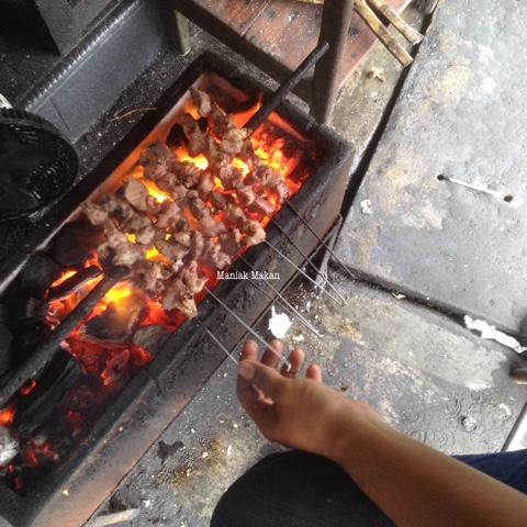 maniak-makan-sate-klatak-pak-pong-imogiri-jogjakarta-proses-pembakaran-daging-kambing-sateklatak